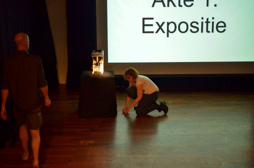 Voorbereidingen voor de performance. Foto: © Theo Huijgens